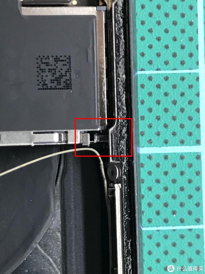 红框内的顶针很容易忽视,更换新后壳时记得从旧后壳上取下再装回新后壳位置