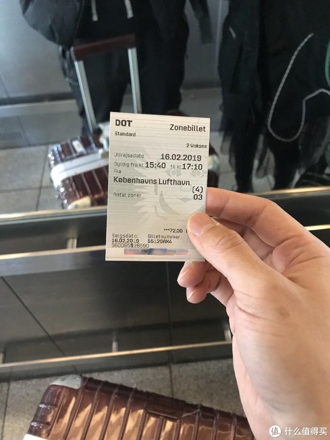 直接从自助机器上购买地铁票就可以前往空港站了,地铁上也是全程没有人查票,价格记不太清了,两个人大概10几欧