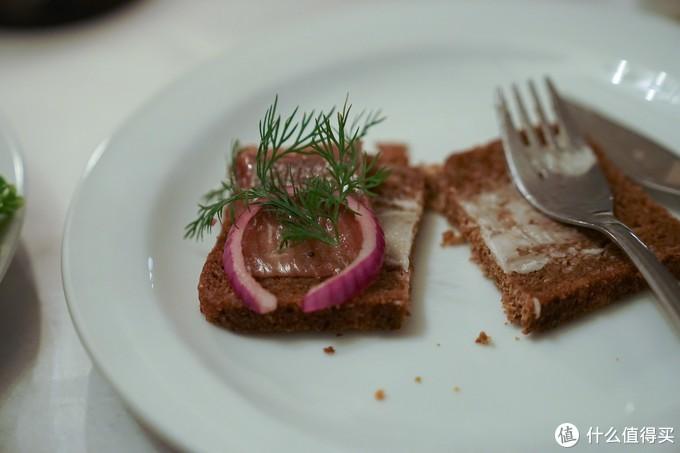 比较有特点的是这个腌鱼,阿姨说要搭配这个面包一起吃,味道有点奇特,稍微有点咸但又很鲜,初入口一言难尽但是蛮好吃