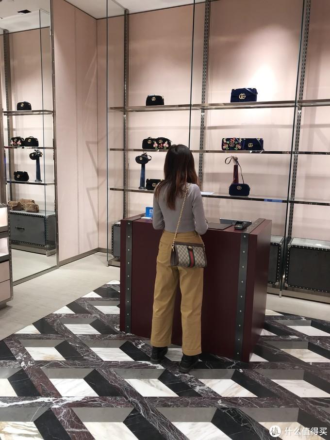 LV、Guuci、Dior店都有,包包飞来转机时就看好了,8000多的价格比国内便宜蛮多,比冰岛也便宜不少