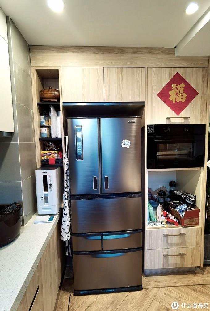 把原来的墙壁外拓后,变出一片冰箱和烤箱、蒸箱区域,冰箱之前专门写过一个帖子进行评测,大家可以在我空间里找找哈。