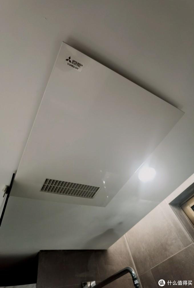 另外顶上的三菱电机中院空调配套送的排气扇非常给力,集成了暖风,排气,烘干,24小时循环通气灯功能,对于我的这种在房子中间的封闭卫生间来说非常有效果。
