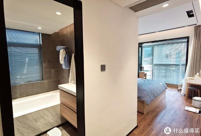 从入门看主卧,没有去掉主卧卫生间,感觉早上起来时候还是两个卫生间方便