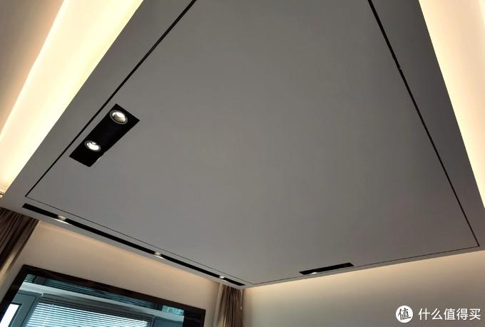 卧室也是用了大全吊顶,再走灯带。效果是可以的,但是不能细看那一圈黑色装饰线。
