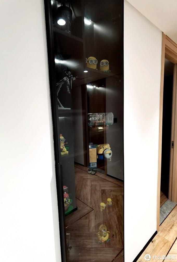 这就是我说的灰玻门,就是比一般的玻璃门要贵一点。里面放着我的一些摆件和模型作为展示。