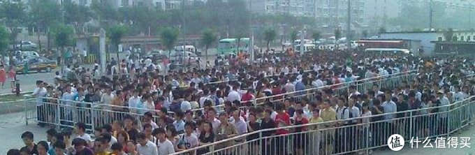 北京某地铁站忙时排队等待上车的人们