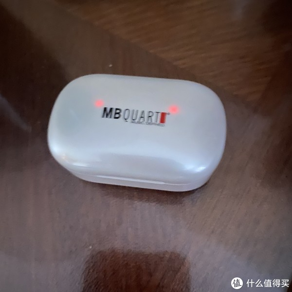 塑料盒子不是全不透光的,所以在暗处充电会有充电灯透过来,既可以掌握充电状态,也不刺眼