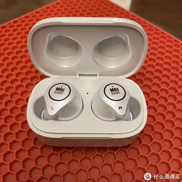 小巧的两个耳机,可以独立实现听歌,介绍中说叫什么独立双主机