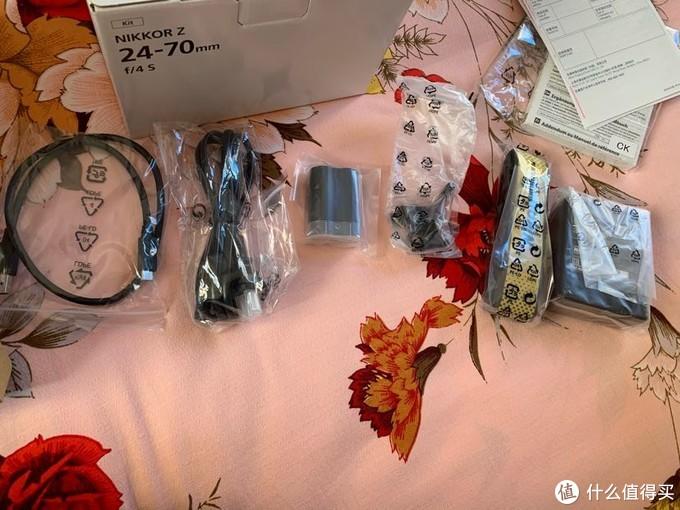 配件:数据线,充电器电源线,电池,USB线夹,背带,充电器