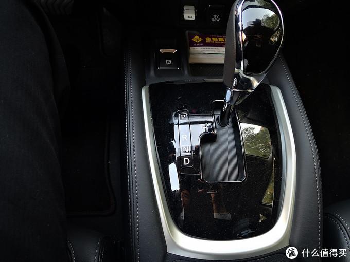 排挡杆真的是太大了,而且排挡杆周围的设计无法放任何东西,电子手刹的位置应该设置到排挡杆后面,却放在这个地方占据了那么多位置使得手机没法放(只能放下一盒名片)