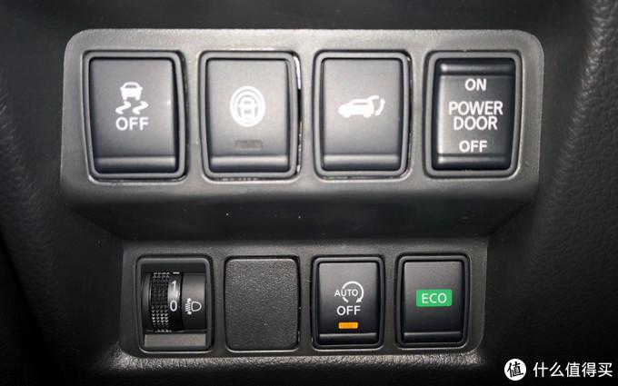 左侧控制区,分别是防滑系统关闭,第二个还没搞清楚什么作用的,第三个是后备箱开关,后备箱电源开关(关掉之后后备箱就打不开了,搞不懂为什么要多设计个这个)。第二排分别是大灯高度调节,空的(后来我自己弄了个USB充电口连接了一个无线充电手机支架),自动启停关闭按钮,ECO模式开关
