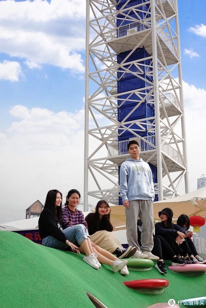 欢乐谷蹦极台旁边的一个小公园