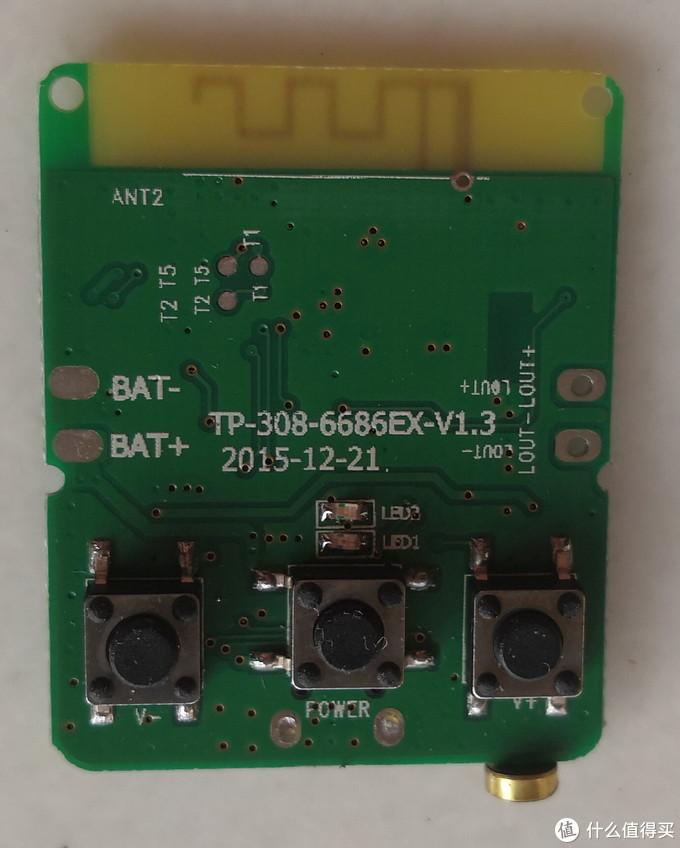 正面,可以接电池,有3个按钮:电源、音量增减(长按是增减音量,短按是切歌,跟别人的操作逻辑是反的……)