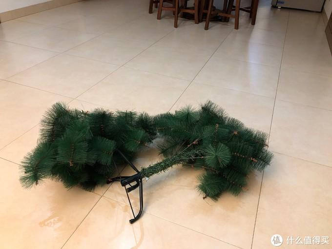 圣诞树会被他拖在地上到处跑,或者骑在上面到处玩,上面的塑料松针和各种小碎片会掉的到处都是,每天都要扫了拖