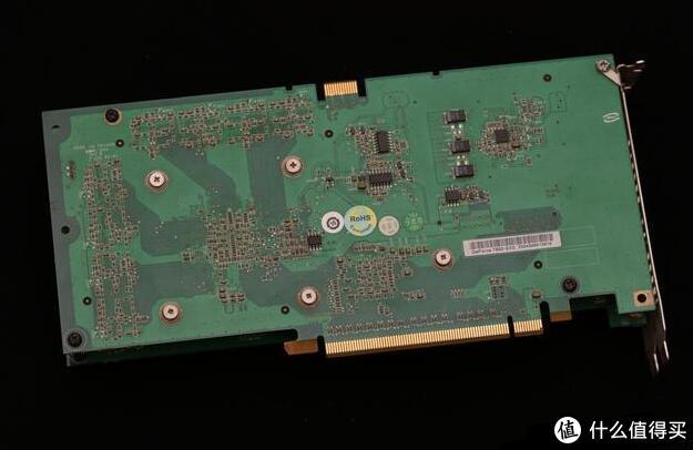 显卡背面看一下,上图左侧四个螺丝下面就是G71的单核心GPU