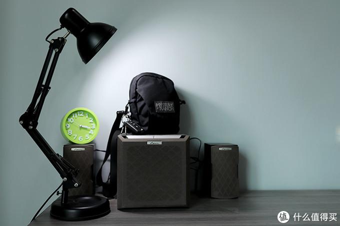 这是我的书桌一角,低音炮上放着的就是我日常使用的挎包,装载了今天展示的所有物品