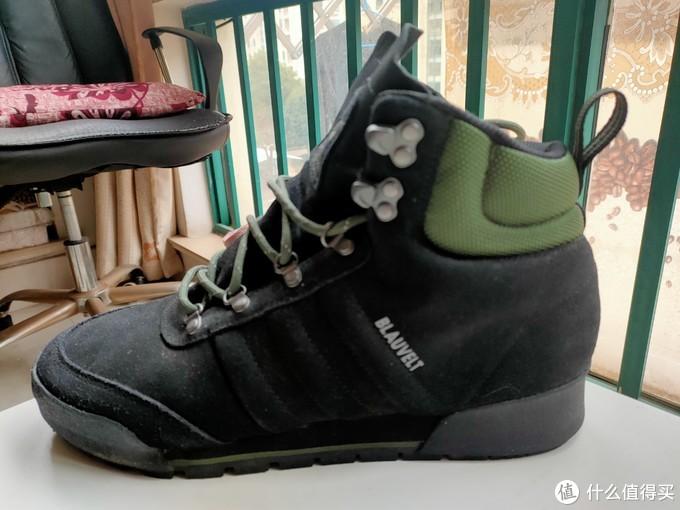 侧面看上去的后帮的高度是可以的,能在冬天很好的保暖脚踝。草绿色的脚踝处的颜色配深墨绿的鞋面也是比较沉稳的。