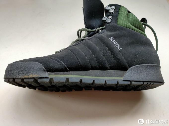 作为一双徒步鞋我觉得防水台稍微低了点,当然太高的话又会影像到整双鞋穿着的舒适性