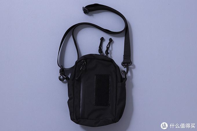 尼龙材料轻便耐磨、前后各有一个袋,有两个内部隔袋,样子过得去,带防水