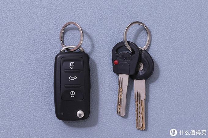 钥匙没什么好多的,大家都有,只不过上面的牙不一样而已(当然,我会假装不知道你们钥匙上的车标和门锁的坐标)