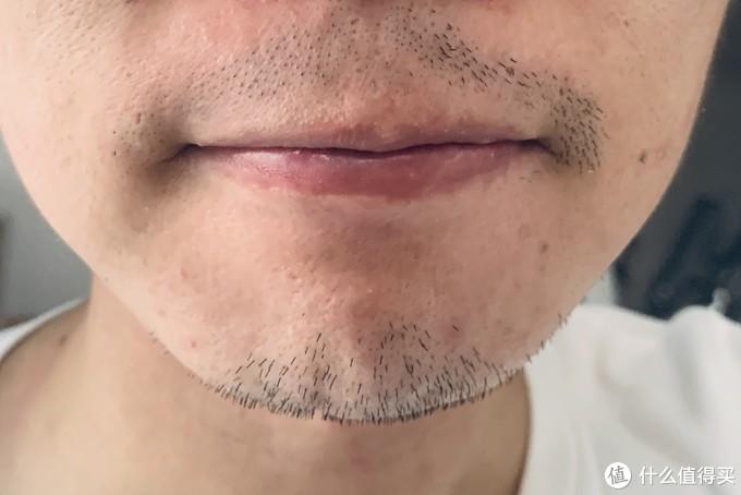 上面胡须一半剃一半没剃对比