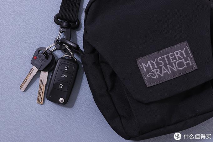 这个钩扣有防脱落设计,钥匙挂这里的好处是不用翻包掏钥匙,也不用摘下来,直接提起包就能用钥匙开锁