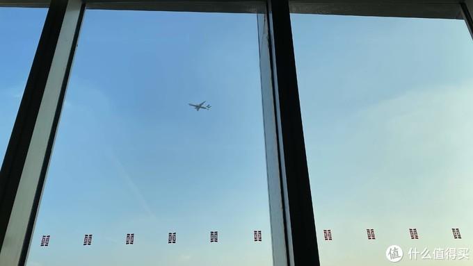 酒廊就在航线下,一直有灰机飞过