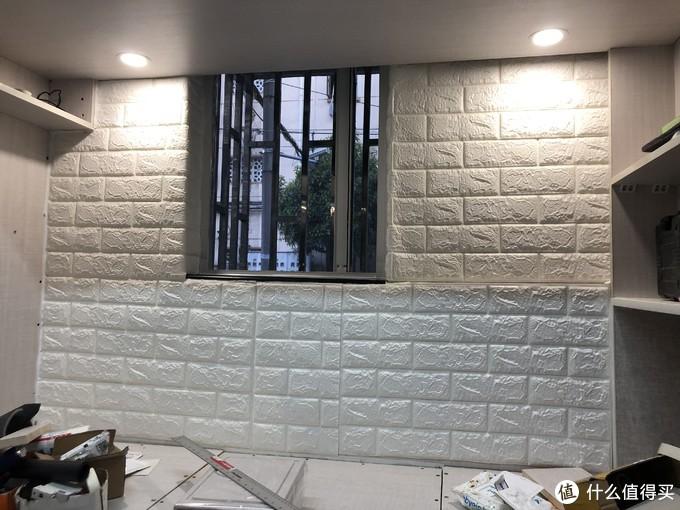 这边墙纸已经贴上去了,灯也安装好了