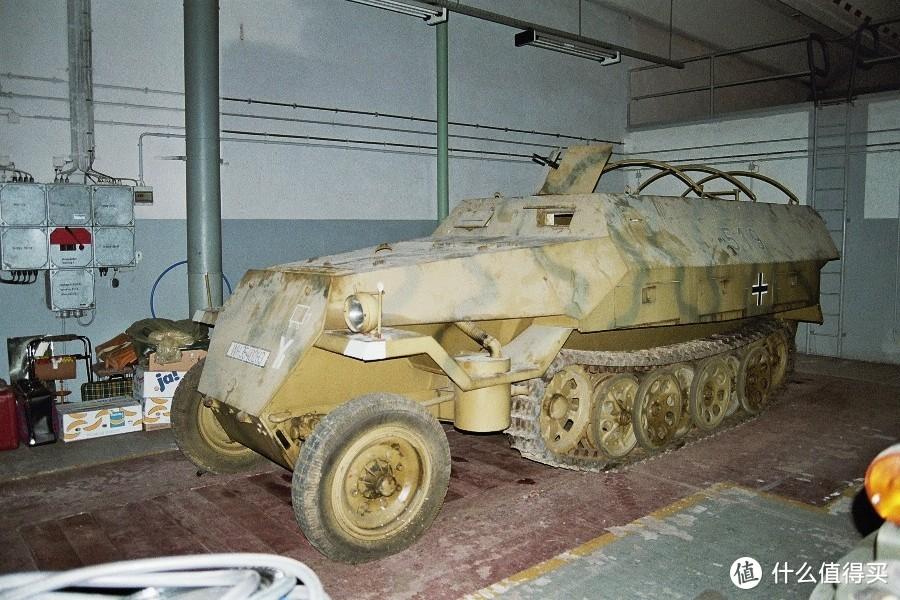 藏于丹麦一处废车场的Sd.kfz. 251/1 Ausf. D,参与过战后丹麦境内的德军战俘排雷行动。涂装与我们的模型有些相似
