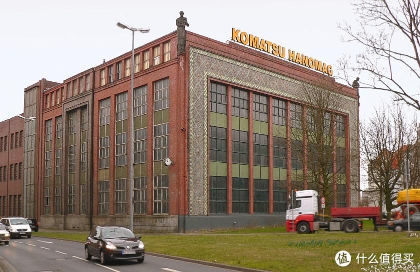 战后,经过恢复民用生产,一系列兼并与重组之后,1989年,日本小松成为了汉诺威机械制造公司的大股东。2002年成立了的小松-汉诺威联合工业公司,产品以挖掘机械为主