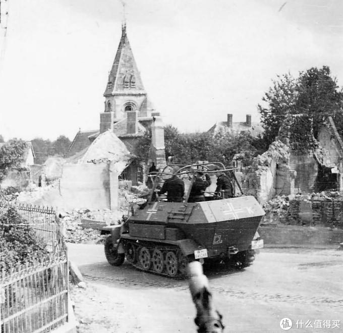 一辆穿过城镇废墟的Sd.kfz. 251/6 Ausf.B型指挥车。1940年5月,法国与比利时边境