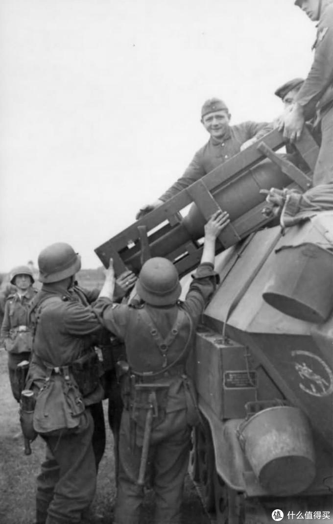 隶属于第24装甲师,正在装载火箭弹的Sd.kfz. 251/1,1942年东线