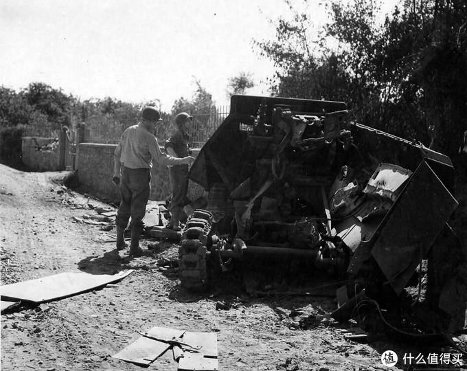 一辆被击毁的251型装甲车,1944年8月,法国