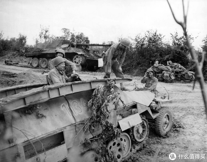 一辆被美军缴获的Sd.kfz.251/7工兵型装甲车,1944年,诺曼底