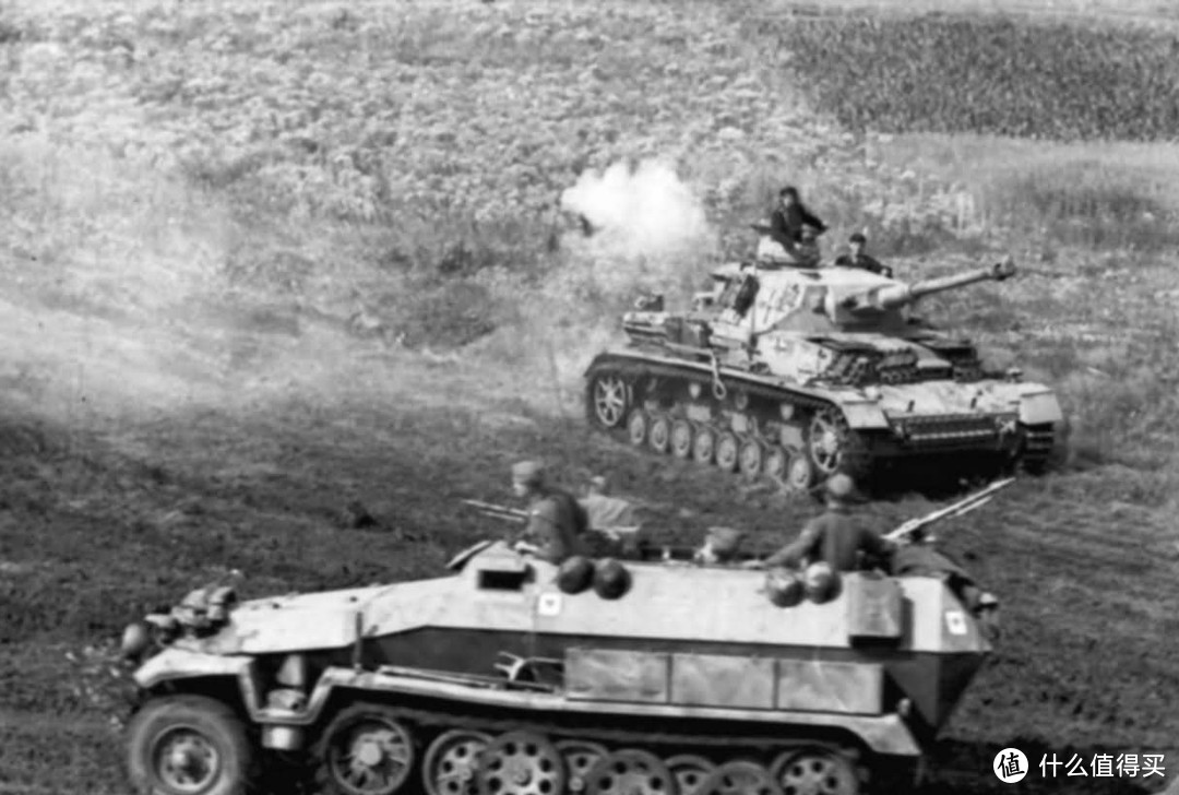 Sd.kfz. 251/1 Ausf.C型和一辆四号坦克,1943年,库尔斯克