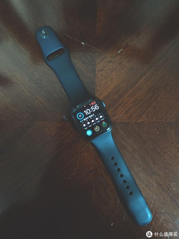 正面采用了与iPhone X相同的设计语言