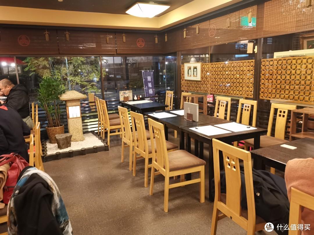 椅子女的就餐环境
