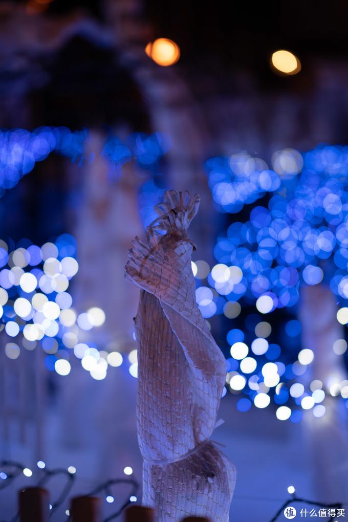 日本的白色恋人花园,扎麻袋做的装饰品,像是自由女神哈哈