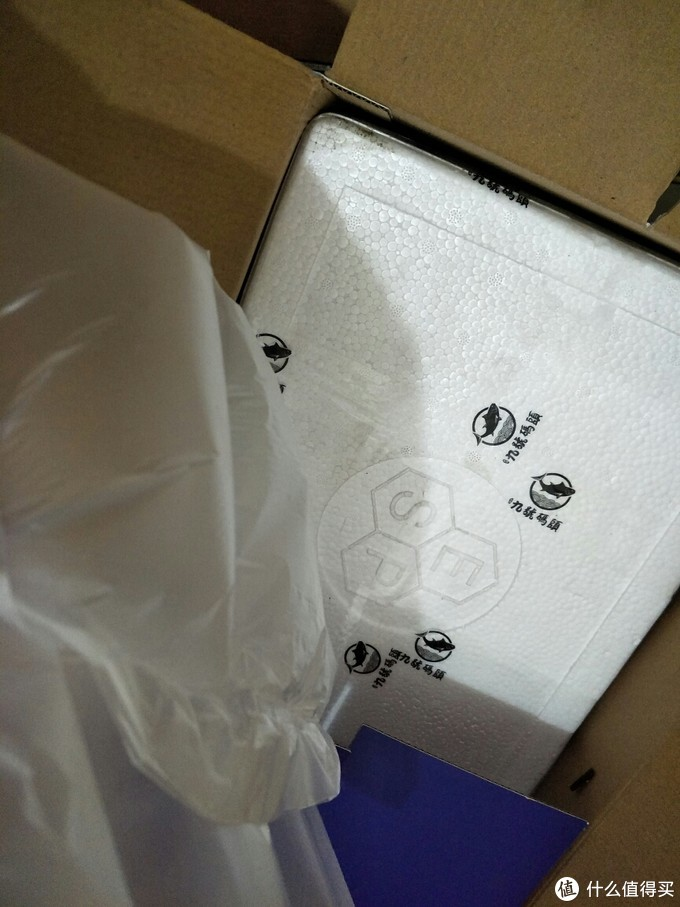 开箱之后,看到里面的泡沫箱和气垫