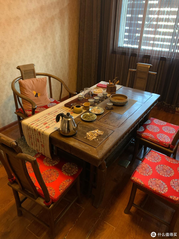 ▲就是桌子上的这个小电木茶盘