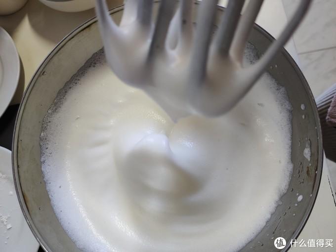 打发成蛋白成奶油状,可以拉起小尖尖就成功啦
