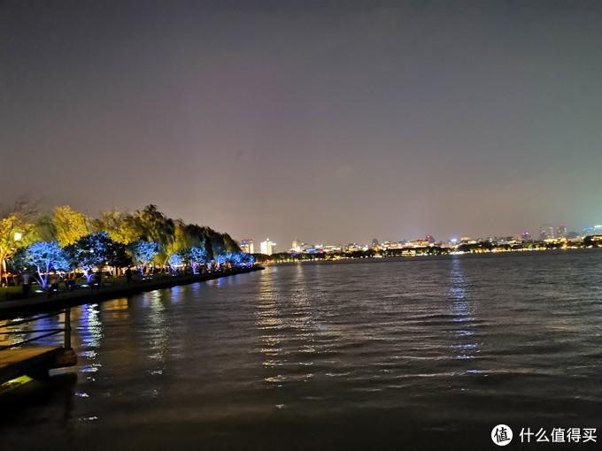 晚上的西湖边