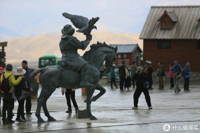 广场上有不少具有描绘哈萨克族民族特色的雕塑