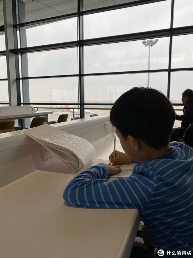 还在机场充电处写了一会作业。