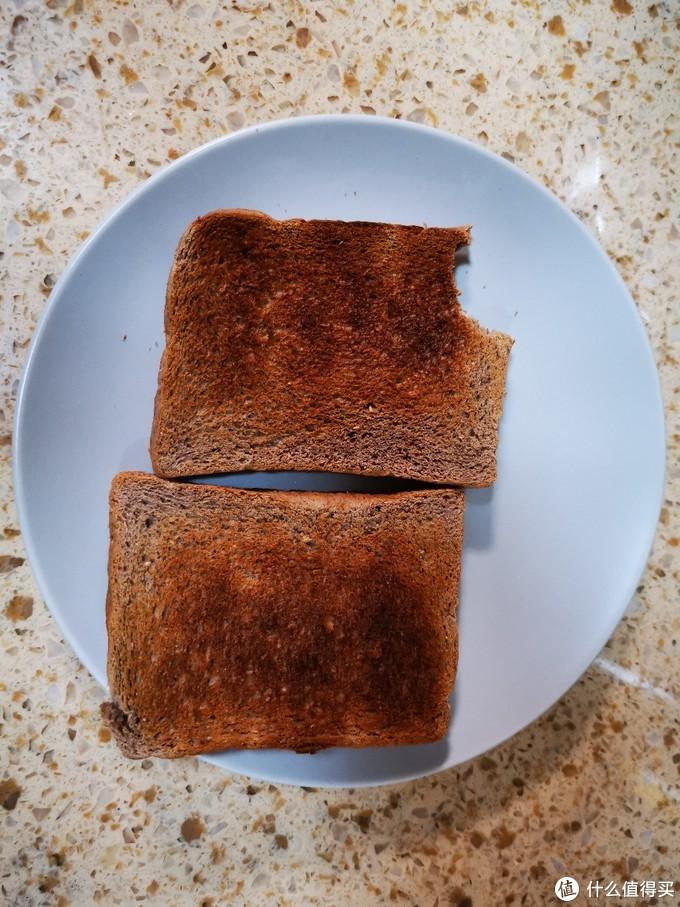 刚烤出来还没来得及照相,就被闺女抢走来了一口。这次烤的是代餐的黑面包片,面包香味四溢啊,这要是奶油吐司会更好吃