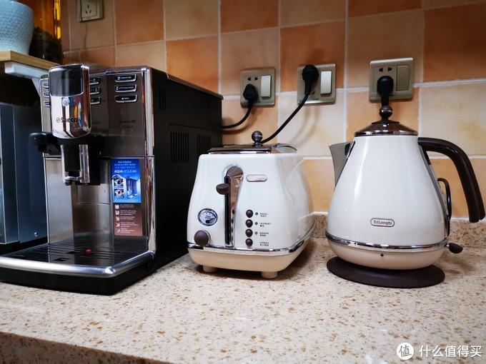 没有买同款的咖啡机,因为有一台喜客的全自动了,胶囊咖啡机,滴滤,摩卡壶等等都有,同系列半自动咖啡机档次有点低,就算以后玩半自动的咖啡机也不会选这货,省钱喽。
