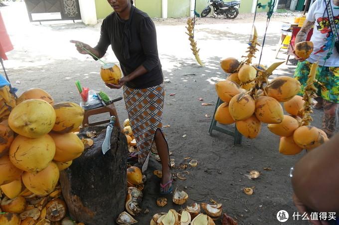 金椰子!金椰子!三块一个,十块三个!