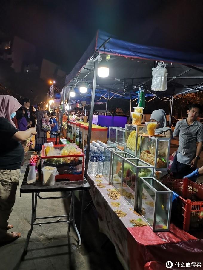 丹绒海滩边上有一个小夜市,各种卖吃的,早知道晚饭就留点肚子了