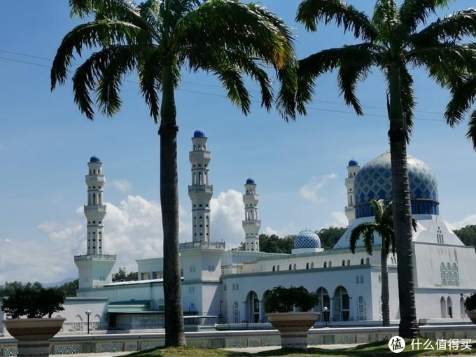 亚庇市立清真寺,因为被水环绕,又名水上清真寺