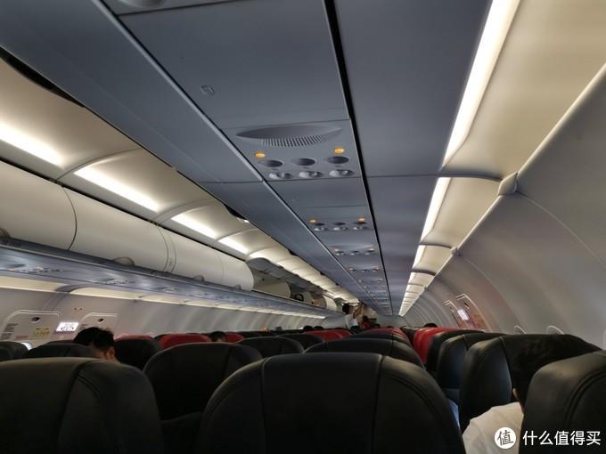 受到疫情影响,航班20%都没有坐满。大家都盖着口罩           马来西亚国内航班检查很松,有多松呢?我父亲下飞机才发现打火机还在身上